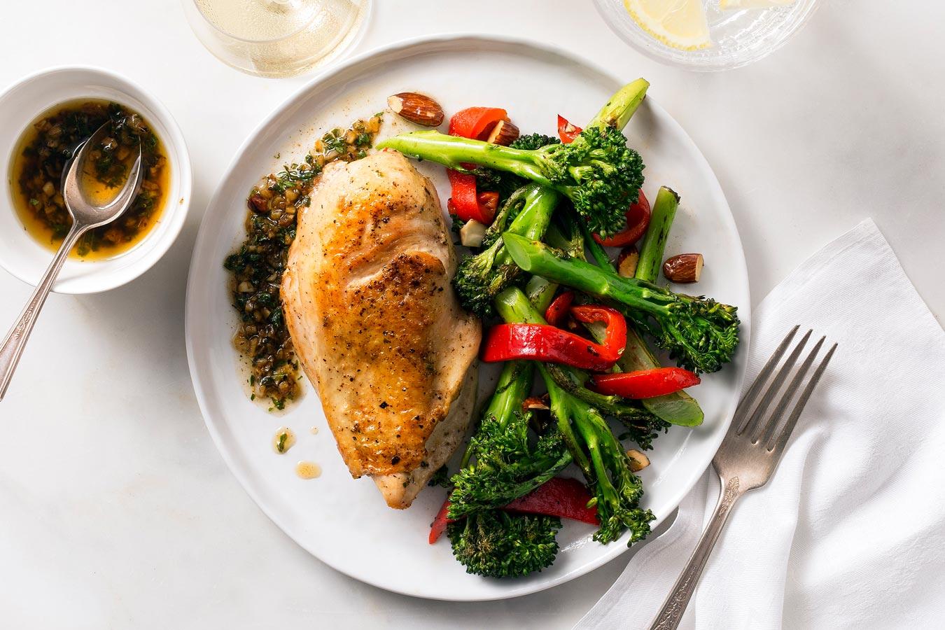 Sicilian chicken breasts with salmoriglio sauce and broccoli